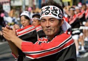 6935418-鹿児島市、日本、2007-年-10-月-28-日。黒と赤の袴の男は、谷山ふるさと祭ダンス中にダンスのラインをリードします。