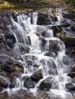 24753172-セコヴィア、セゴビア、スペインの王室宮殿の庭園で、ため息の橋の下で小さな滝