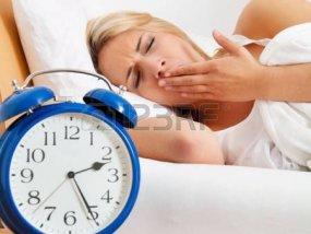 16379135-不眠夜の女性の時計との眠ることができません。 (1)