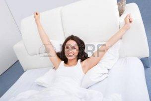25349759-手を上げたベッドに横たわっていると若い女性の肖像画