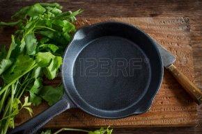 49931793-野菜の素朴な木製の背景にビンテージの鋳鉄製フライパン調理の準備します。