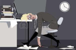 46795765-疲れの女性、夜遅くオフィスで座っているデスク、eps-8-ベクトル図に彼女の頭を置くこと