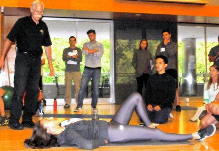 カールアップ トレーニング 今までの腹筋は腰痛の原因に!